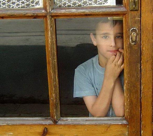 Niño en la ventana