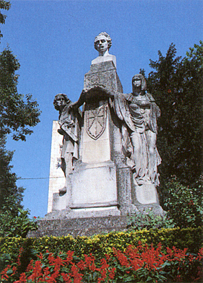 Monumento a Navarro Villoslada en Pamplona